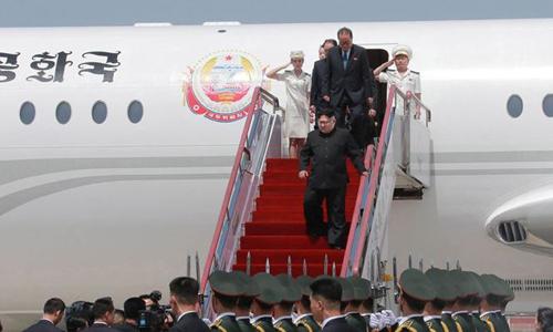Hãng thông tấn Triều Tiên KCNA ngày 7/5/2018 công bố hình ảnh lãnh đạo Triều Tiên Kim Jong Un (giữa) đến sân bay ở Đại Liên, Trung Quốc bằng chuyên cơ. Ảnh: AP.