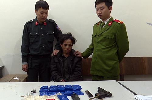 Dơ (giữa) cùng tang vật vụ án. Ảnh: Công an tỉnh Sơn La.