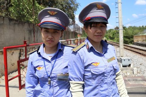 Chị Lan (phải) và chị Minh trên đường ngang đã cứu cụ bà sáng mùng 8 Tết. Ảnh:Phước Tuấn.