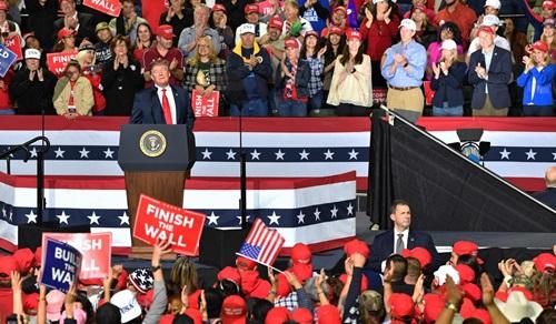 Tổng thống Mỹ Donald Trump (trên bục) trong cuộc vận động tại Texas hôm 11/2. Ảnh: AFP.