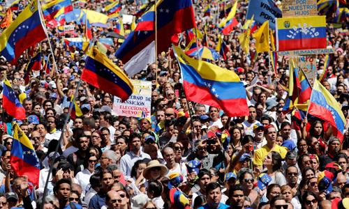 Đám đông ủng hộ phe đối lập biểu tình tại thủ đô Caracas, Venezuela hôm 12/2. Ảnh: Reuters.