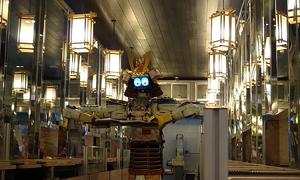 Robot bồi bàn phục vụ thức ăn trong nhà hàng
