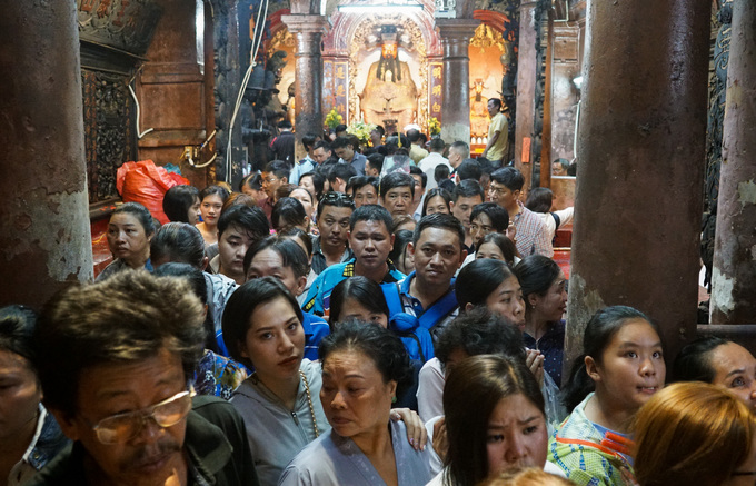 Người dân ùn ùn đi chùa Ngọc Hoàng ở Sài Gòn cầu an