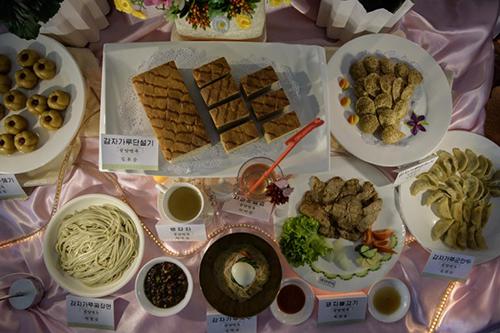 Những món ăn được chế biến từ bột khoai tây tại cuộc thi. Ảnh: AFP