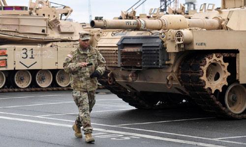 Một bịnh sĩ Mỹ làm việc trong một căn cứ tại Đức. Ảnh: Reuters.