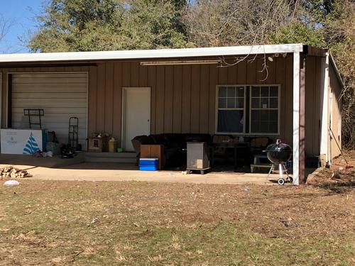 Cảnh sát cho biết khu chuồng trại được sắp xếp một cách tạm bợ làm chỗ ở. Ảnh: KXAS-TV/NBC5.