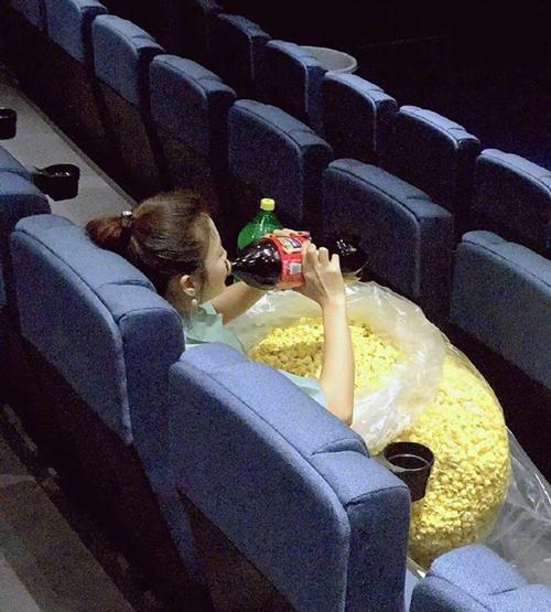 Khi bạn gái buồn đi xem phim.