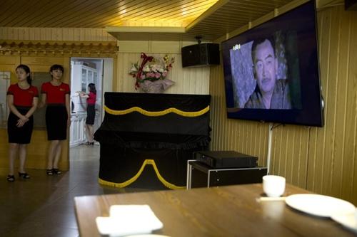Phục trong một nhà hàng ở Bĩnh Nhưỡng đứng xem một bộ phim truyền hình dài tập hôm 15/8/2018. Ảnh: AP.