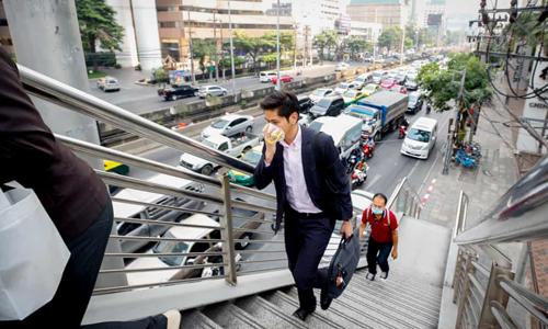 Người dân Bangkok bịt khẩu trang khi đi ra đường do ô nhiễm không khí hồi cuối tháng 1. Ảnh: Reuters.