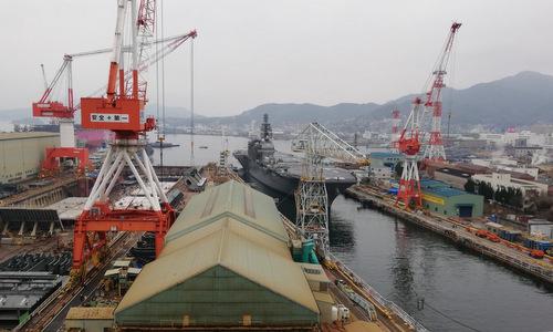 Tàu JS Kaga được đưa vào nhà máy trước khi bắt đầu nâng cấp. Ảnh: Twitter.