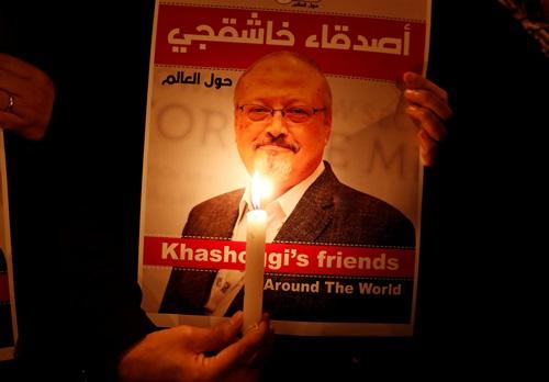 Người biểu tình cầm ảnh Khashoggi bên ngoài lãnh sự quán Arab Saudi ở Istanbul hồi tháng 10/2018. Ảnh: Reuters.