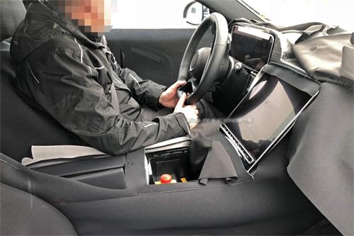 Màn hình cảm ứng lớn xuất hiện trên Mercedes S-class thế hệ mới đang trong quá trình thử nghiệm. Ảnh: Carscoops