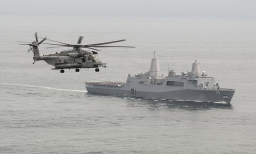 Trực thăng và tàu vận tải đổ bộ Mỹ hoạt động ngoài khơi Peru hồi cuối năm 2018. Ảnh: US Navy.