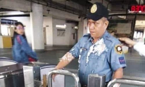 Bức ảnh tào phớ dính đầy trên áo cảnh sát được chia sẻ nhiều trên mạng. Ảnh: Guancha.
