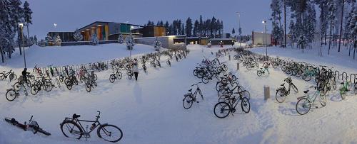 Bãi đỗ xe trước trường Metsokangas một ngày mùa đông. Ảnh:Pekka Tahkola