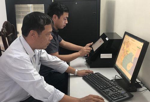 Vận hành thử nghiệm hệ thống định vị giám sát và quản lý tàu cá tại Chi cục Thủy sản Hải Phòng. Ảnh. T. Quý.