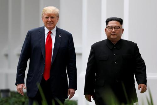 Tổng thống Donald Trump (trái) và lãnh đạo Kim Jong-un tại hội nghị thượng đỉnh lần một diễn ra ở Singapore tháng 6/2018. Ảnh: Reuters.