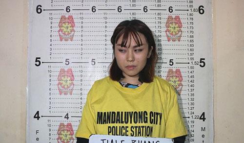 Nữ sinh Trung Quốc Zhang Jiale bị bắt vì ném cốc tào phớ vào một sĩ quan cảnh sát Philippines hôm 10/2. Ảnh: Philippine Star.