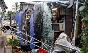 Ôtô giường nằm lao vào nhà dân, hơn 30 hành khách nhập viện