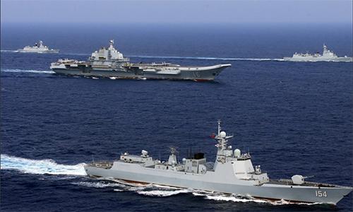 Tàu sân bay Liêu Ninh (giữa) và các chiến hạm khác của Trung Quốc tập trận tháng 4/2018. Ảnh: Reuters.