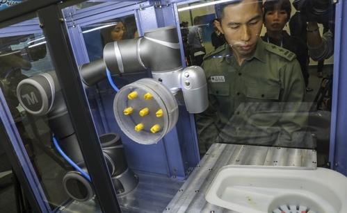 Cánh tay robot giúp phát hiện đồ cấm mà phạm nhân buôn lậu vào tù qua đường tiêu hóa. Ảnh: SCMP.