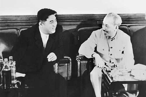 Chủ tịch Hồ Chí Minh (phải) và Thủ tướng Triều Tiên Kim Nhật Thành tại Bình Nhưỡng năm 1957. Ảnh: Hankyoreh.