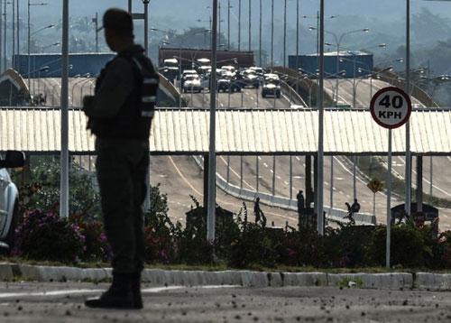 Giao thông trên cây cầu nối thị trấn Urena của Venezuela với thành phố Cucuta của Colombia tắc nghẽn vì bị các container chắn ngang đường. Ảnh: AFP.