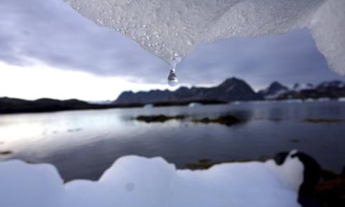 Nước từ băng trôi có độ tinh khiết cao, thường được sử dụng trong sản xuất rượu hoặc mỹ phẩm. Ảnh: AP.