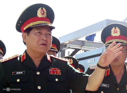 Đại tướng Ngô Xuân Lịch thị sát nhà máy xử lý đất, đá nhiễm dioxin trong sân bay Biên Hòa sáng 15/2. Ảnh: Phước Tuấn.