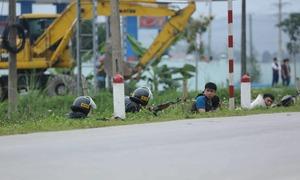 Cảnh sát khống chế ba kẻ cầm súng cố thủ trong ôtô chở ma tuý
