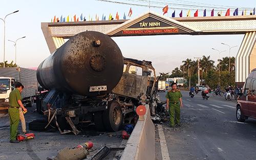 Xe bồn chở gas bốc cháy trước cổng chào Tây Ninh. Ảnh: Hồng Tuyết.