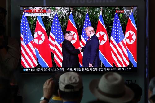 Cuộc gặp lần một giữa Tổng thống Mỹ Trump và lãnh đạo Triều Tiên Kim Jong-un diễn ra tại Singapore tháng 6/2018. Ảnh: AFP.