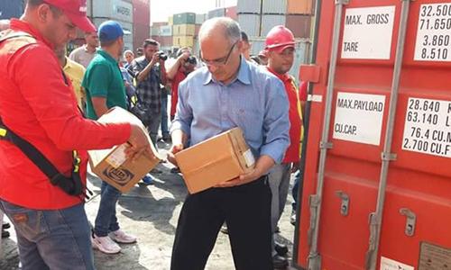Bộ trưởng Y tế Venezuela Carlos Alvarado kiểm tra hàng viện trợ cập cảng Guaira ngày 13/2. Ảnh: AVN.