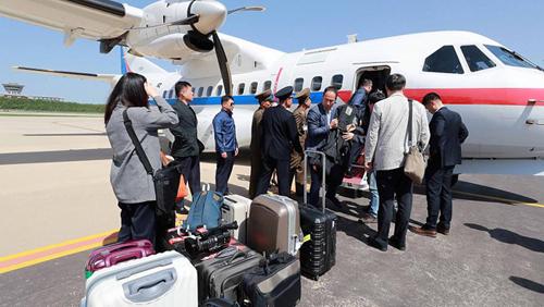 Các phóng viên Hàn Quốc trong một chuyến công tác đến Triều Tiên. Ảnh: EuroNews.