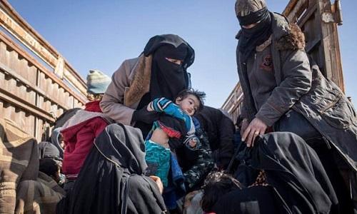Dân thường đang trốn khỏi các khu bị SDF bao vây ở đông nam Syria. Ảnh: Sun.