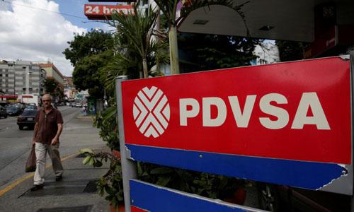 Logo tập đoàn dầu khí quốc gia Venezuela PDVSA tại một trạm xăng ở thủ đô Caracas. Ảnh: Reuters.