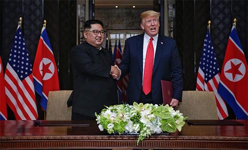 Tổng thống Mỹ Donald Trump (trái) và lãnh đạo Triều Tiên Kim Jong-un tại Hội nghị thượng đỉnh lần thứ nhất ở Singapore tháng 6/2018. Ảnh: Reuters.