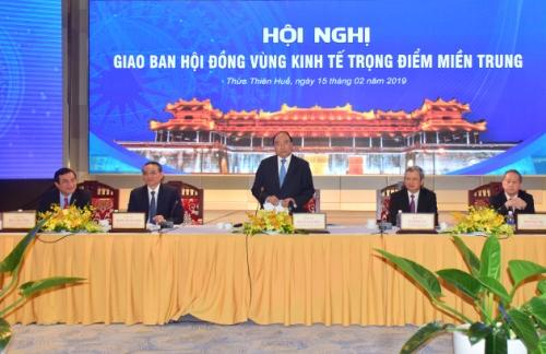 Thủ tướng Nguyễn Xuân Phúc tại hội nghị giao ban vùng kinh tế trọng điểm miền Trung. Ảnh: Cổng thông tin Thừa Thiên Huế.