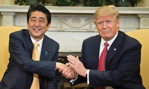 Tổng thống Mỹ Trump (phải) và Thủ tướng Nhật Shinzo Abe tại Nhà Trắng năm 2017. Ảnh: AFP.