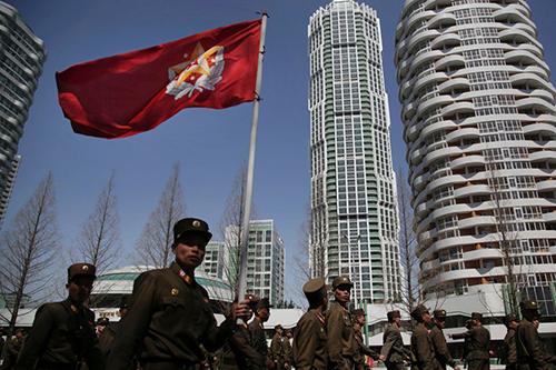 Các binh sĩ Triều Tiên diễu qua đường phố Bình Nhưỡng. Ảnh: AP