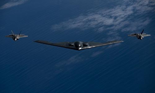 Biên đội B-2 và F-22 trên bầu trời ngoài khơi Hawaii. Ảnh: USAF.