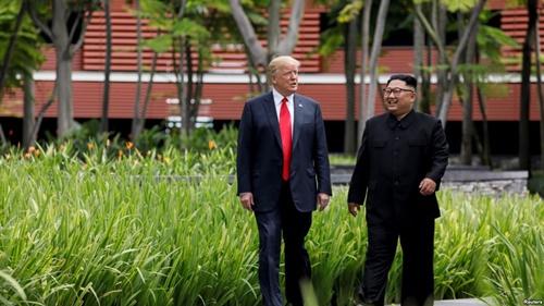 Tổng thống Mỹ Donald Trump (trái) và lãnh đạo Triều Tiên Kim Jong-un đi dạo trong khuôn viên khách sạn Capella ngày 12/6/2018. Ảnh: Reuters.