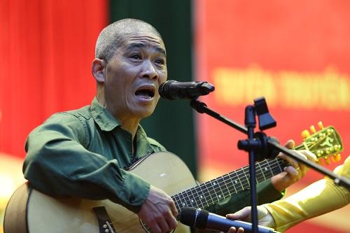 Nhạc sỹ Trương Qúy Hải hát tặng các tân binh. Ảnh: Gia Chính