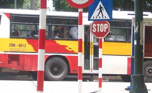 Biển Stop trên đường phố Hà Nội.