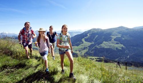 Leo núi là hoạt động bạn có thể lựa chọn để trải nghiệm với trẻ. Ảnh: Elake News