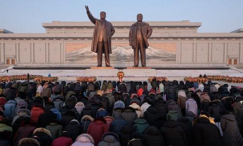 Người dân Bình Nhưỡng đứng trước tượng đài ở đồi Mansu sáng 16/2. Ảnh: AFP.