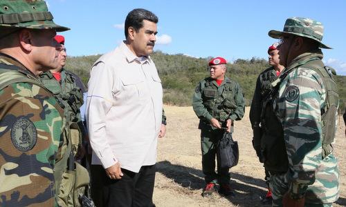 Tổng thống Maduro nghe báo cáo tại cuộc tập trận Angostura 2019. Ảnh: Twitter.