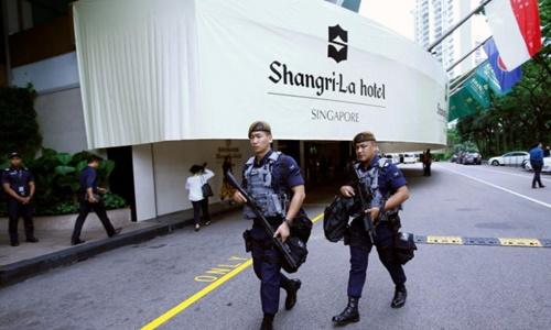 Nhân viên an ninh tuần tra quanh khách sạn Shangri-La ngày 1/6/2018. Ảnh: Reuters.