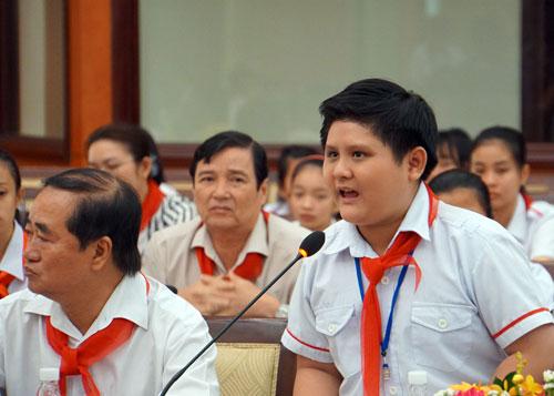 Một nam sinh THCS chia sẻ về việc học tại trường với lãnh đạo TP HCM. Ảnh: Mạnh Tùng.