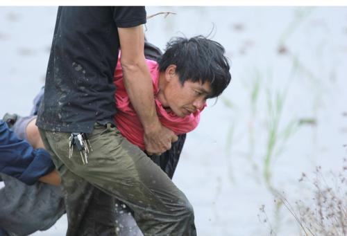 Nhậm bị công an khống chế đưa trở lại Trung tâm cai nghiện Gia Minh, Hải Phòng vào cuối giờ chiều nay (16/2). Ảnh: Nguyễn Khoa